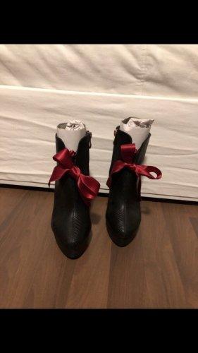 Stiefeletten mit Absatz und roter Schleife