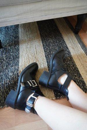 Stiefeletten mit Schnallen in schwarz