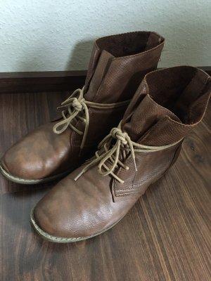 Patucos con cordones marrón claro