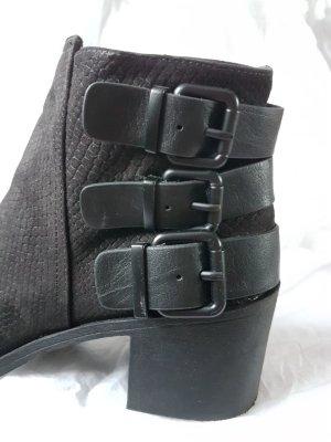 Stiefelletten mit Schnallen und Blockabsatz