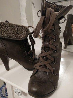 stilischer Schuh im Wanderstiefel-Stile