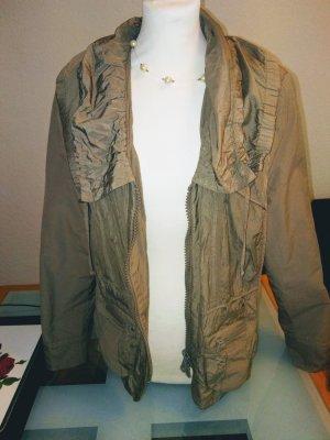 Stilsicher zeigt sich die kurze und gerade geschnittene Jacke mit großem Kragen