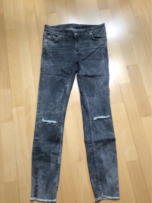 Stonewashed graue Jeans Risse am Knie