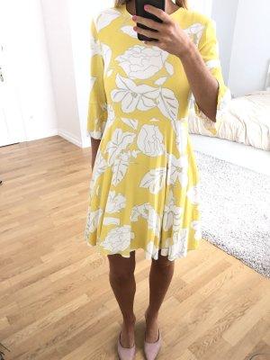 Strahlendes Sommerkleid