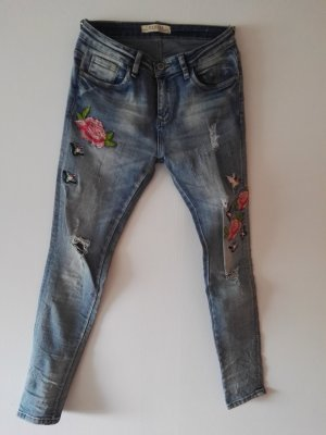 Stretch-Jeans mit Applikationen im used look
