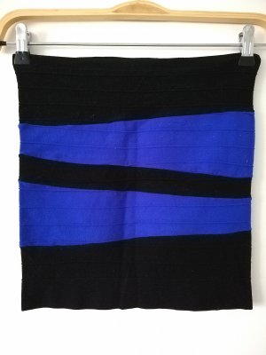 Stretchrock in Schwarz und elektrisch Blau