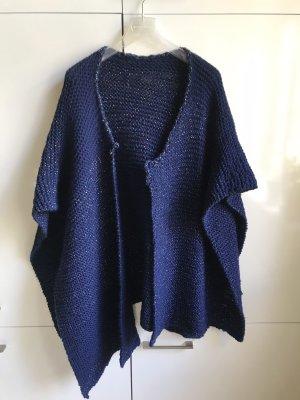 Poncho en tricot bleu foncé