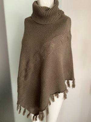 Poncho en tricot gris brun