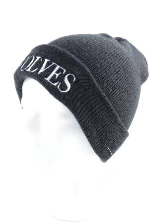 Strickmütze schwarz-weiß Schriftzug gestickt Street-Fashion-Look