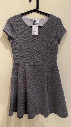 Strukturiertes kurzes Kleid