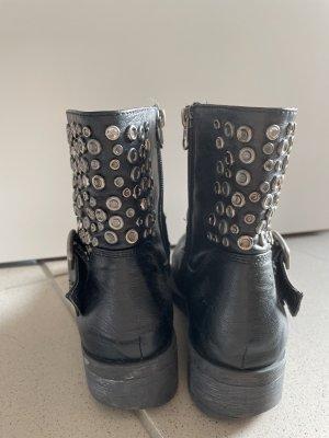 Stylische schwarze Stiefeletten mit Nieten