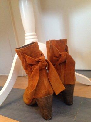 stylische Wildleder-Stiefeletten in Cognac-Farbe, Marke Pier One