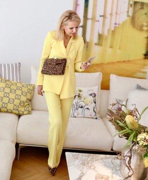 stylischer gelber Hosen-Anzug