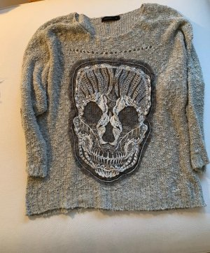 Stylischer Pulli mit Skull-Motiv