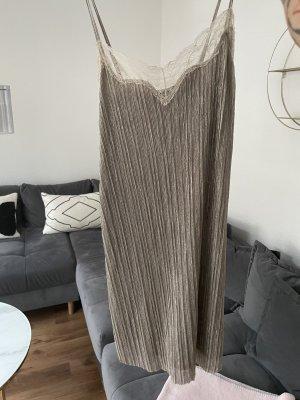 stylisches Kleid mit spitzendetail am Ausschnitt von Zara