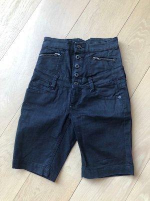 Stylishe kurze Hose in Schwarz mit extrem hoher Taille