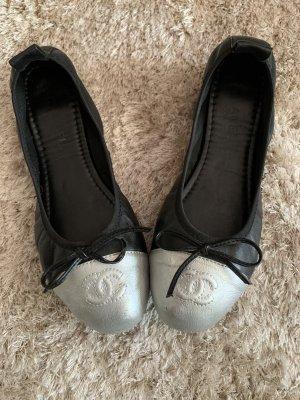 Süße Ballerinas, schwarz mit silber und Schleifchen von Chanel