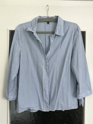 Süße Bluse von Daniel Hechter. Blau-weiß gestreift mit verdeckter Knopfleiste.