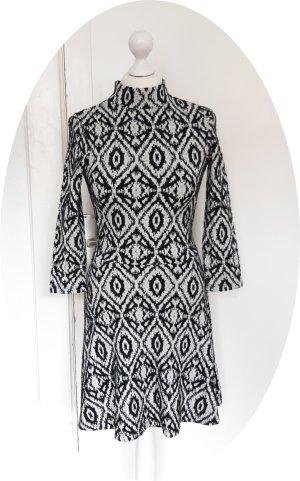 Süße Kleid mit turtle neck und ethnischem Muster
