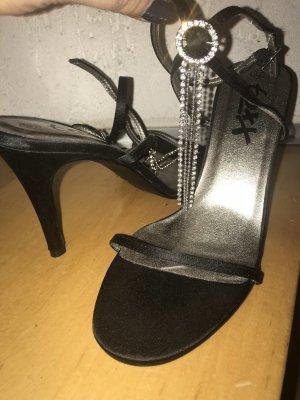 Strapped pumps black
