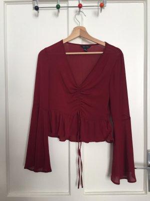 Süße rote Bluse mit Raffungen und Trompetenärmel