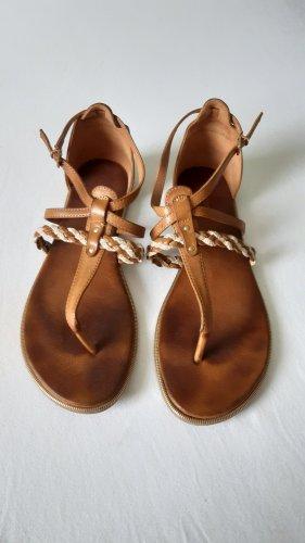 Süße Sandalen in braun, gold