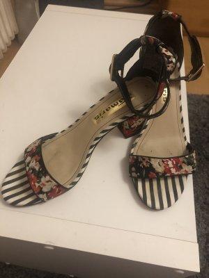 Süße Sandaletten mit Rosen der Hingucker