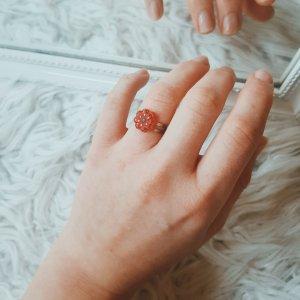 Süßer kleiner roter Blumen-Ring mit Glitzer