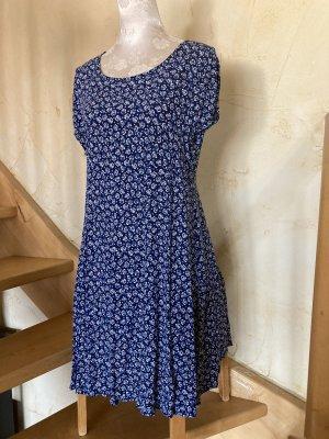 Süßes blaues Sommerkleidern mit kleinen Blumen