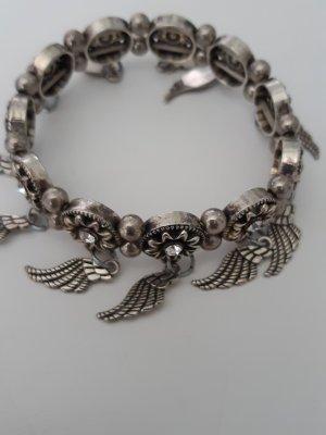 süßes flexibles Armband mit Blumenmotiv und Engelsflügl in silberfarben mit schwarz