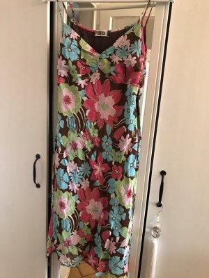 Süßes geblümtes Trägerchen-Sommerkleid