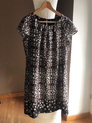 Süßes Kleid mit angesetzten Ärmeln