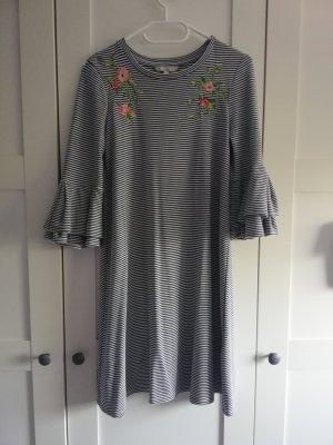 Süßes Kleid mit Blumenstickerei und Volantärmeln