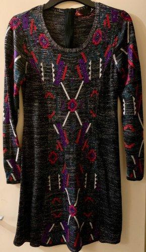 Süßes Kleid mit Glitzerfasern bestickt