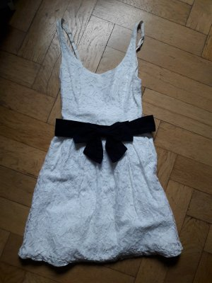 Süßes Kleid mit Spitze und Schleife von Hollister