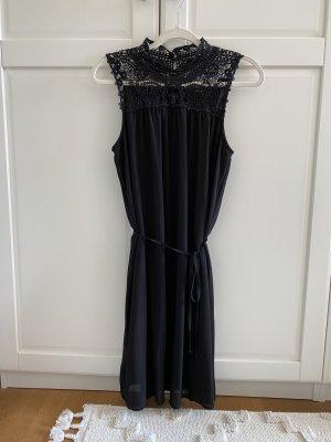 Süßes Kleid mit Stickerei