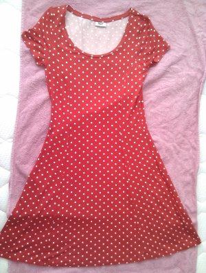 Süßes rotes Sommerkleid mit weißen Punkten