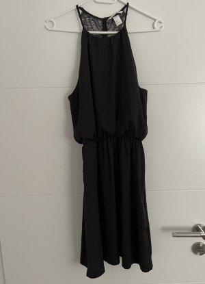 Süßes schwarzes Kleid mit Spitze am Rücken