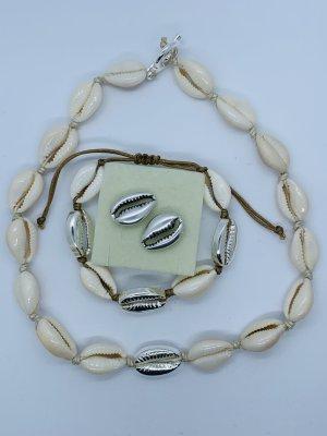 Collar de conchas gris claro-blanco puro