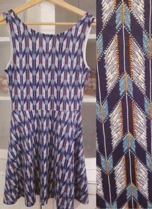 Süßes Sommerkleid mit Ethno-Muster