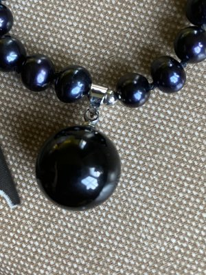 Collier de perles bleu-violet