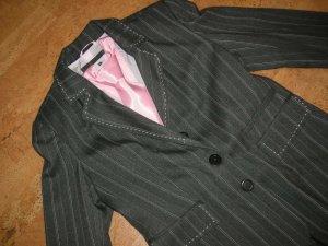 Superschicker Hosenanzug in grau mit rosa und ecrufarbenen  Nadelstreifen