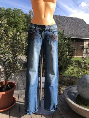 Superschöne Jeans mit leichtem Schlag * mit schöner Stickerei und Nieten * Neu mit Etikett