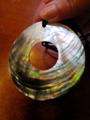 Naszyjnik z muszelek ciemnoszary-kremowy