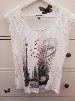 T-Shirt mit roten Vögeln und Stadtmotiv