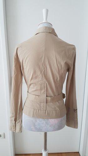 Taillierte Bluse mit Gürtel