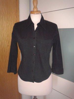 Taillierte schwarze Bluse mit halblangen Ärmeln