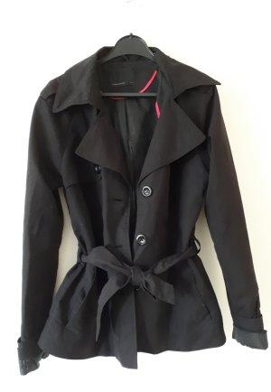 Taillierte Übergangsjacke in schwarz