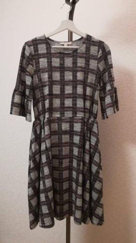 Tailliertes Kleid mit 3/4-Arm