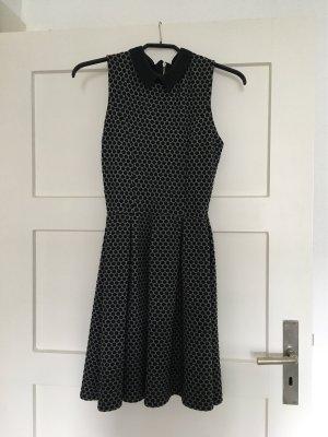 Tailliertes NAF NAF Kleid mit ausgestelltem Rock